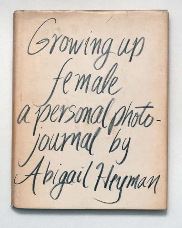 Couverture du livre d'Abigail Heyman, Growing Up Female: A Personal Photo-Journal, New York, Holt, Rinehart & Winston, 1974.