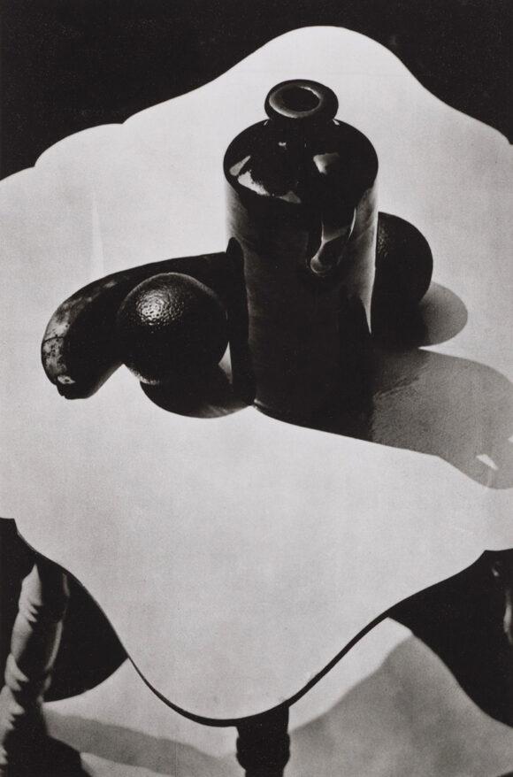 Paul Strand, Pot et fruit, Connecticut / © BnF - Département des Estampes et de la photographie © Aperture Foundation, Inc., Paul Strand Archive