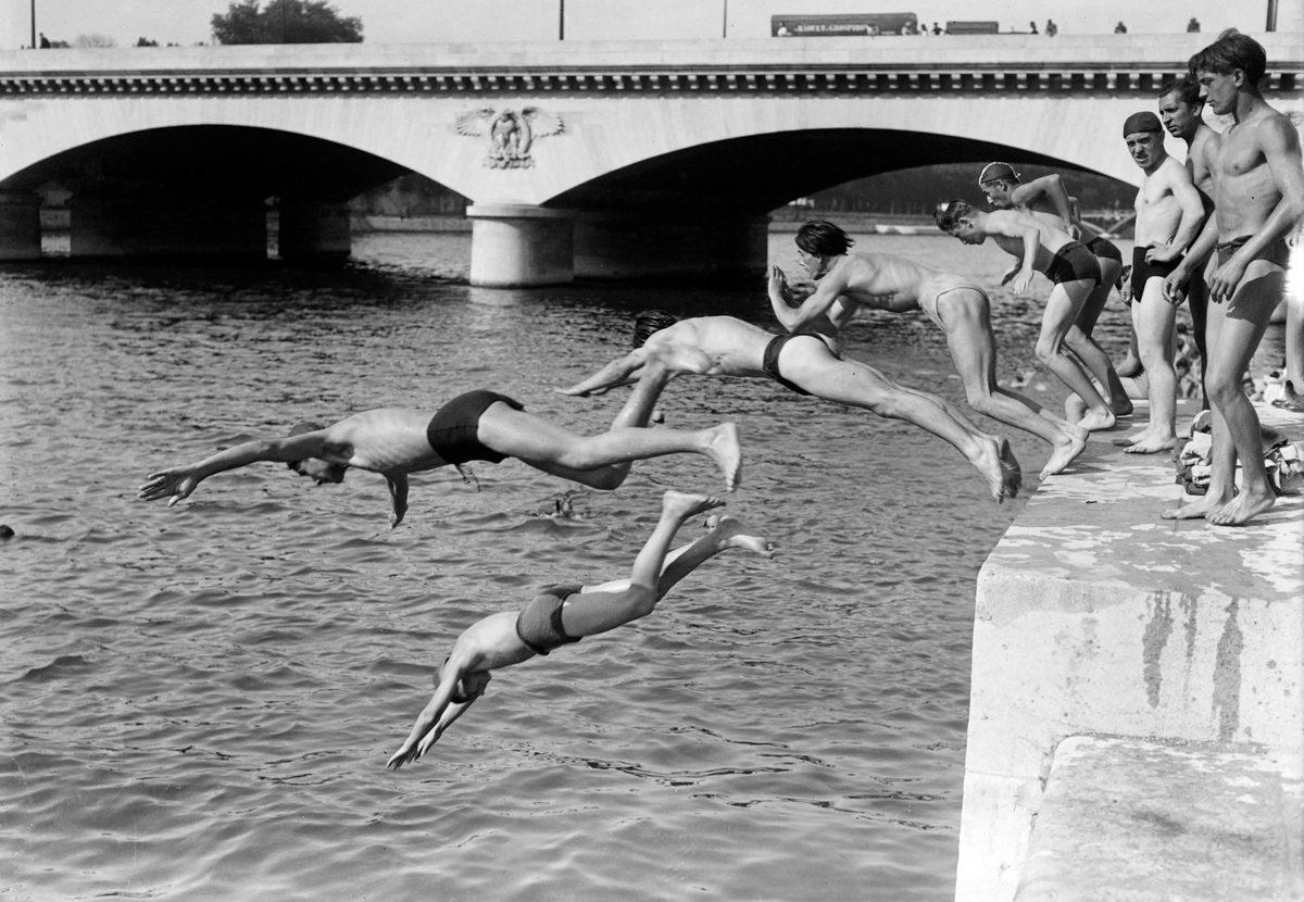 1EK8ZG Des personnes plongent dans la Seine près du Pont d'Iéna, en juin à Paris, lors d'une vague de chaleur au début de l'été 1946