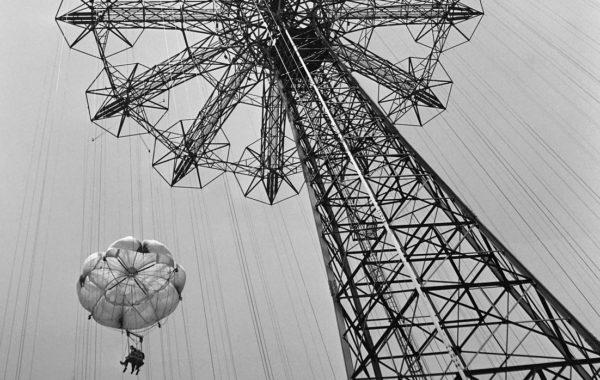 1JG4OW-ÉRIC-SCHWAB-Deux-touristes-dans-l'attraction-Parachute-Jump-du-Steeplechase-Park-à-Coney-Island-Beach,-à-New-York-un-samedi-de-juin-1946-cropped