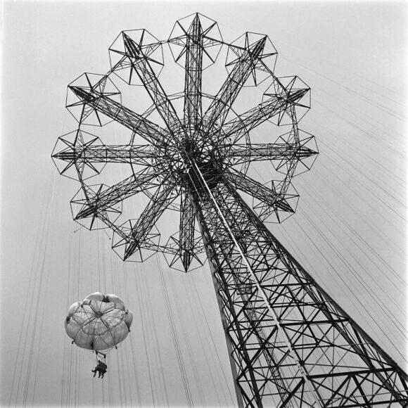 1JG4OW ÉRIC SCHWAB Deux touristes dans l'attraction Parachute Jump du Steeplechase Park à Coney Island Beach, à New York un samedi de juin 1946