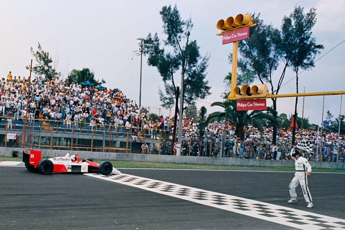 ARP4101301 RODOLFO DEL PERCIO Le Français Alain Prost franchit la ligne d'arrivée pour remporter le Grand Prix du Mexique de Formule 1, le 29 mai 1988 à Mexico