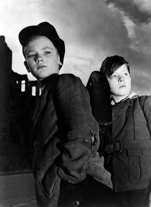 Jean Manzon Deux jeunes berlinois dans la ville en ruines pendant le blocus, en décembre 1948. © AFP.